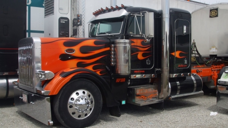 Black peterbilt with orange flames other cars for Camion americain interieur cabine