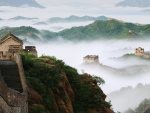 the great chinese wall in thick fog